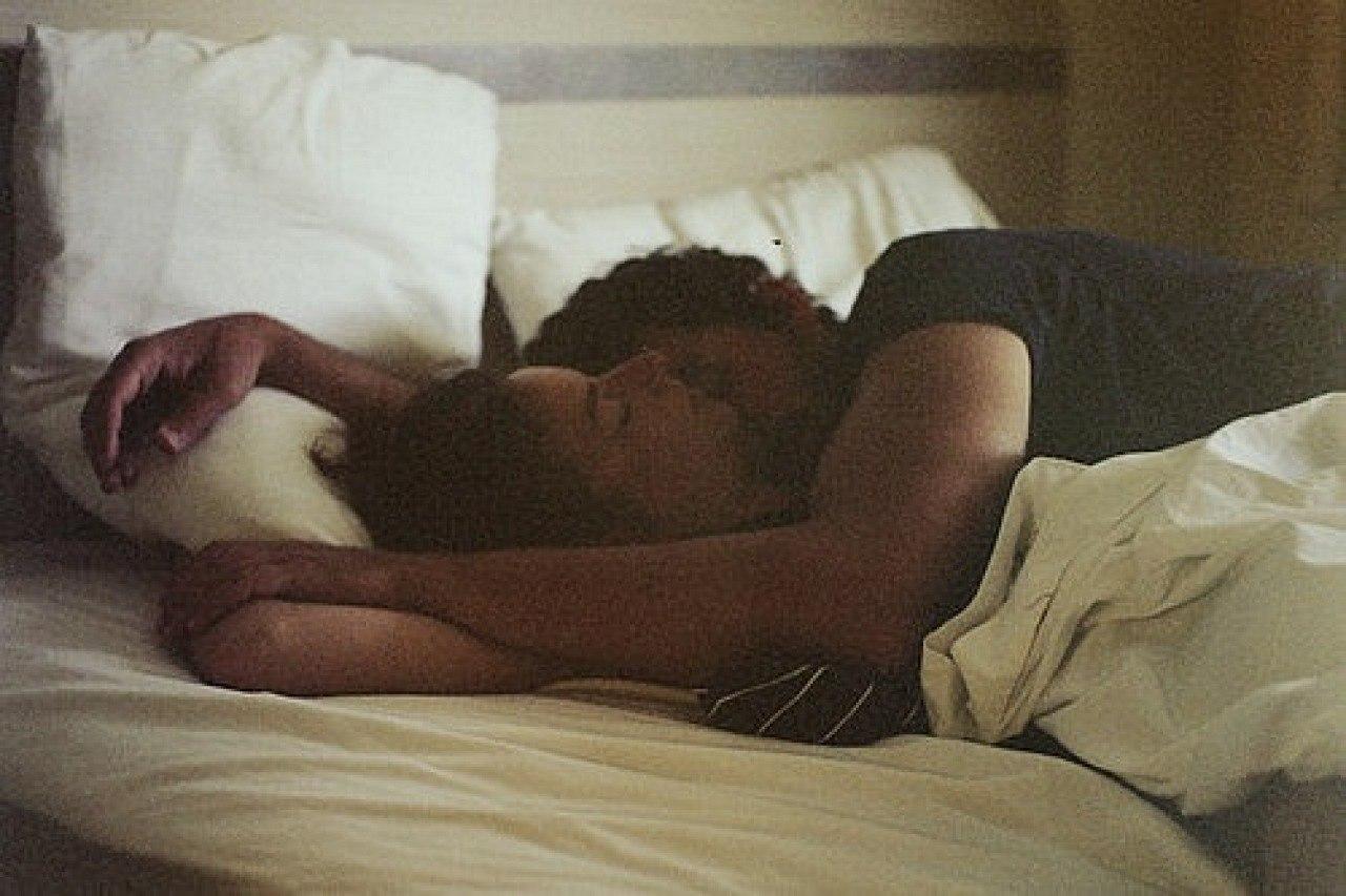Фото в постели девочки и мальчика 13 фотография