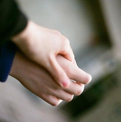 Если парень держит мои руки в своих руках 131