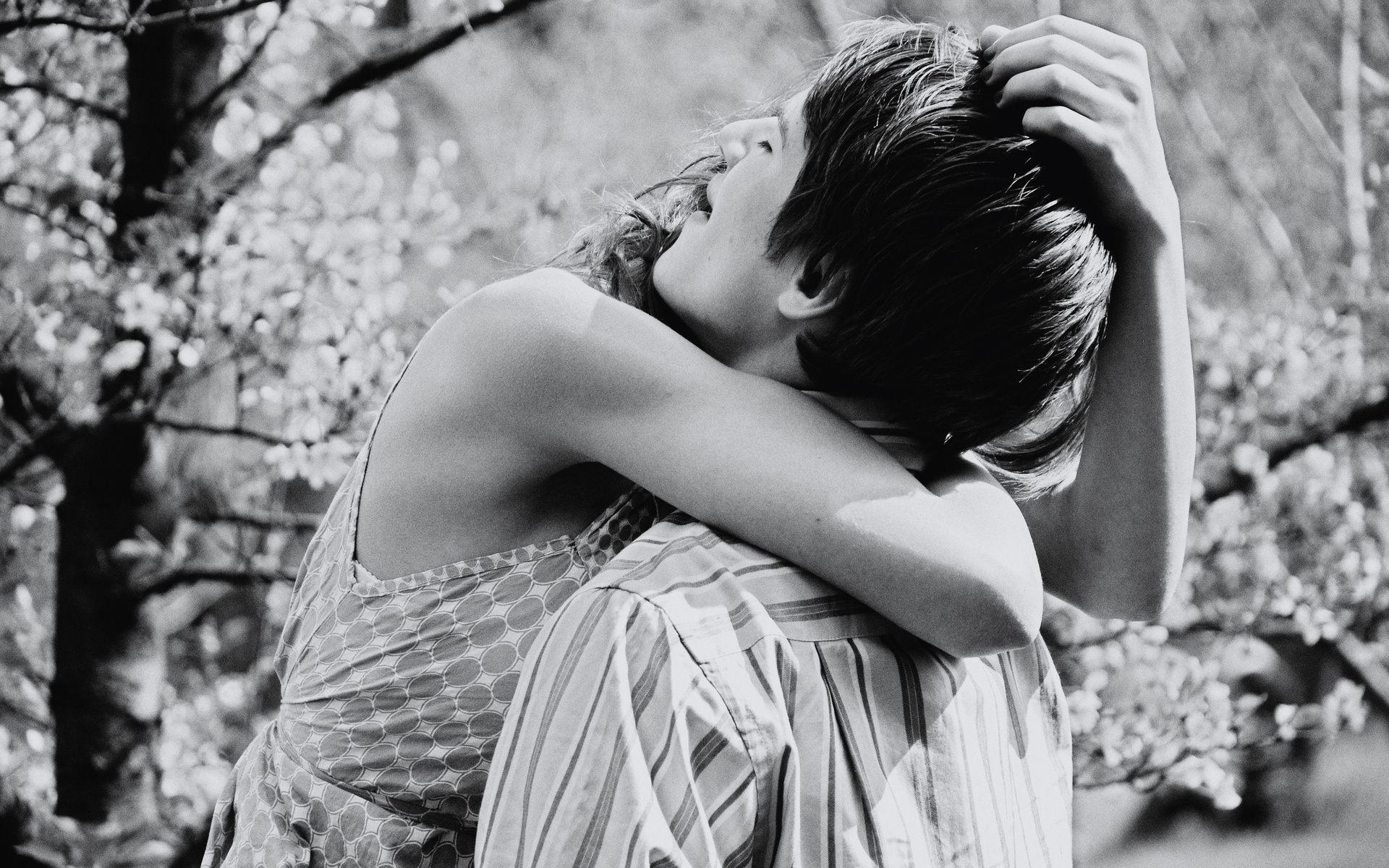 Хлопець засунув руку в грудь дівчині 18 фотография